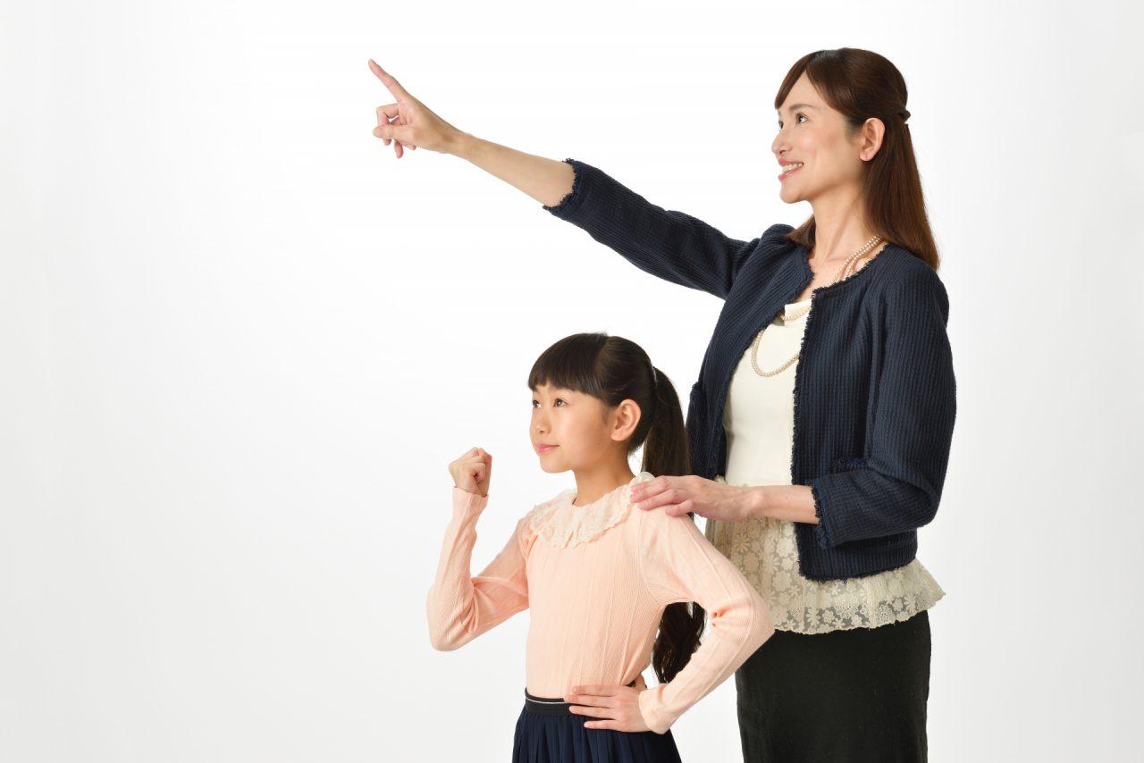 行動の指示(指さす女性と子供)